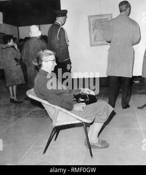 Visitors at the exhibition 'Toulouse-Lautrec' at the Haus der Kunst in Munich. - Stock Photo