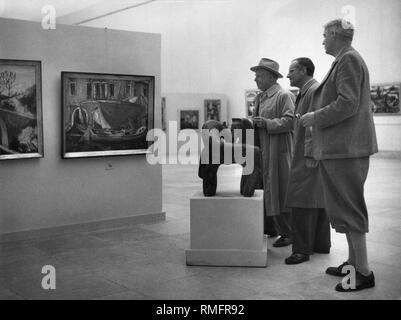 Visitors at the 'Great Art Exhibition' in Haus der Kunst, from left: painter Anton Lamprecht, sculptor Franz Nikorey and exhibition director Wolf Bloem. - Stock Photo
