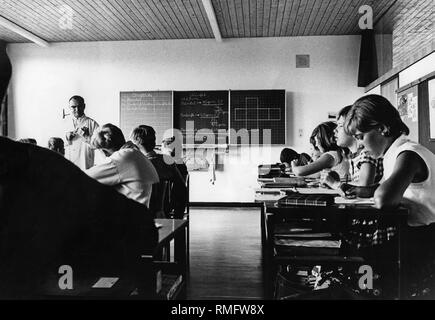 Children in school: Picture shows teacher with children of the 8. class Hauptschule (Secondary modern school) during a lesson. - Stock Photo