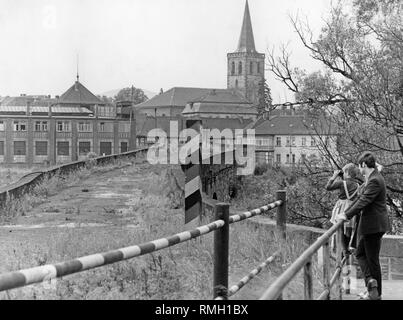 View over the German-German border from the Hessian Philippsthal over the Werra on Vacha. Undated photo. - Stock Photo