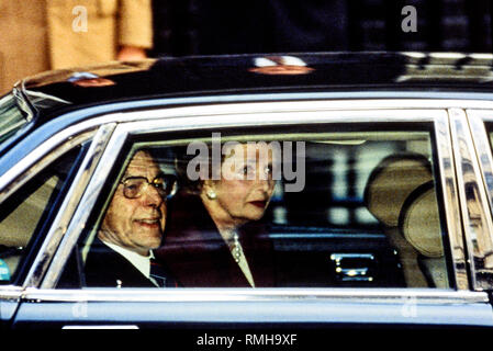 28-11-1990. London, UK. Margaret Thatcher leaves Downing Street for the last time. Photo: © Simon Grosset. Archive: Image digitised from an original t - Stock Photo