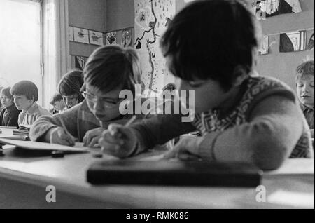 Children in school: Picture shows children of the Hauptschule (Secondary modern school) during a lesson. - Stock Photo
