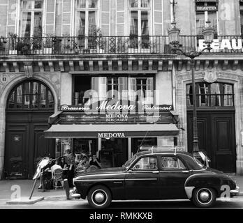 PARIS STREET PHOTOGRAPHY - RENAULT FRÉGATE PARKED IN FRONT OF A CAFÉ IN PARIS OPERA AREA - THE RENAULT FRÉGATE WAS THE COMPETITOR OF THE CITROEN 11CV DURING THE 1950'S - PARIS CAFÉ - PARIS VINTAGE - FRENCH CAR - FRENCH RETRO CAR - BLACK & WHITE PHOTOGRAPHY ARCHIVE © Frédéric BEAUMONT - Stock Photo