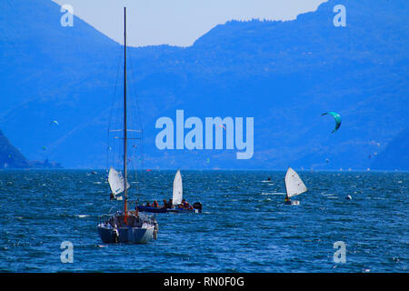 Surfer und Segler am oberen Teil vom Comer See in Italien - Stock Photo