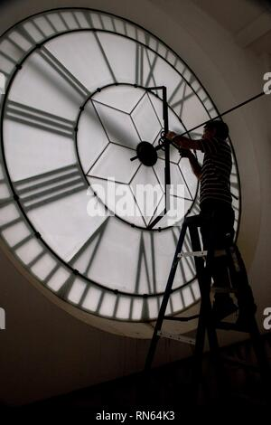 Sao Paulo, Brazil. 17th Feb, 2019. the watchmaker Augusto Fiorelli adjusts the clock of the Portuguese Language Museum that is in the tower of the Light train station in Sao Paulo for the end of day ligth time in Brazil. 17th Feb, 2019. Credit: Dario Oliveira/ZUMA Wire/Alamy Live News Credit: ZUMA Press, Inc./Alamy Live News - Stock Photo