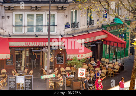 People eating outdoors at Les Artisans,a Paris restaurant, Avenue Daumesnil,Paris - Stock Photo
