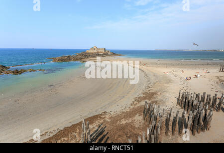 France, Ille et Vilaine, Cote d'Emeraude (Emerald Coast), Saint Malo, Fort National built by Simeon Garangeau on the Vauban plans and beach at low tid - Stock Photo