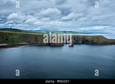 DUNNOTAR CASTLE, ABERDEEN, ANGUS, SCOTLAND. 07 July 2017. Looking north along the coast from Dunnotar Castle. Angus, Scotland - Stock Photo