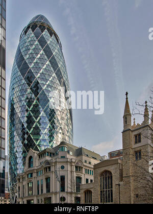 LONDON THE CITY OF LONDON 30 ST MARY AXE THE GHERKIN TOWER NEAR TO THE CHURCH ST ANDREW UNDERSHAFT - Stock Photo