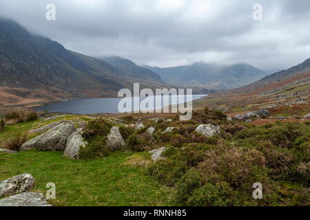 The Ogwen valley and Llyn Ogwen, with low cloud cover over the peaks of the Gylderau mountain range. Snowdonia National Park - Stock Photo
