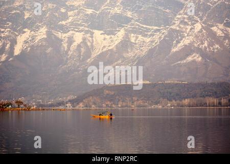 Pulwama, Jammu And Kashmir, India. 19th Feb, 2019. On a sunny day a boatman rows his boat in Dal lake, Srinagar, the summer capital of Indian controlled Kashmir, India. Credit: Masrat Zahra/ZUMA Wire/Alamy Live News - Stock Photo