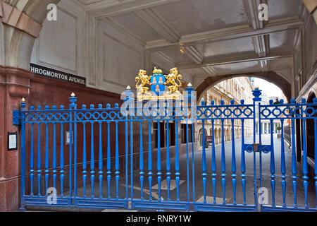 LONDON CITY OF LONDON THROGMORTON AVENUE ENTRANCE AND BLUE GATES - Stock Photo