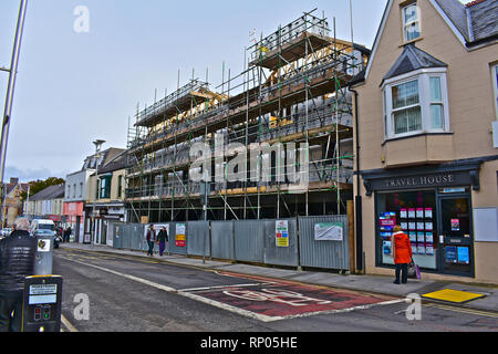 Building site in the town centre of Bridgend. On the site of a former McDonalds, the new building will have shop units and flats over. Steel framed. - Stock Photo