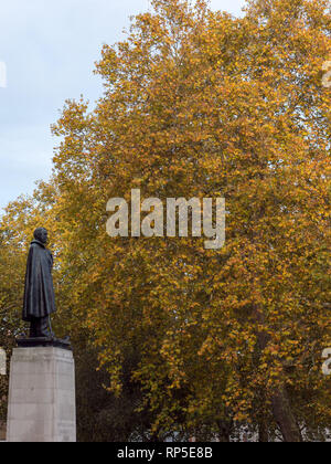 Bronze sculpture of the former American President Franklin Delano Roosevelt, standing on a tall plinth in London, England, UK. - Stock Photo