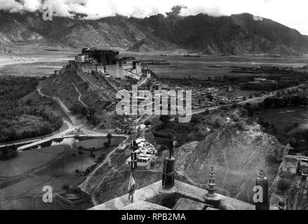 asia, tibet, potala a lhasa, fortress palace winter seat of the dalai lama, 1950 - Stock Photo