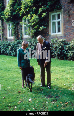 Karl Emanuel, 14. Herzog von Croy mit Ehefrau Gabriele Prinzessin von Bayern in Haus Merfeld in Dülmen, Deutschland 2004. Karl Emanuel, 14th duke of Croy with his wife Gabriele Princess of Bavaria at Merfeld mansion in Duelmen, Germany 2004. - Stock Photo
