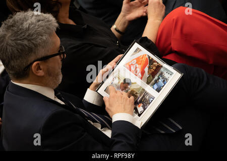 Madrid, Spain. 21st Feb, 2019. Minister of the Interior, Fernando Grande-Marlaska reading the book during the act. Credit: Jesus Hellin/ZUMA Wire/Alamy Live News - Stock Photo