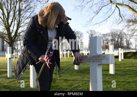 The grave of Staff Sergeant Harry Estabrooks, who perished along with nine others when his B-17 Bomber, named 'Mi Amigo', crashed in Sheffield's Endcliffe Park in 1944, is decorated with sand from Omaha beach in Normandy before a wreath laying ceremony at the Cambridge American Cemetery in Coton, Cambridgeshire. - Stock Photo