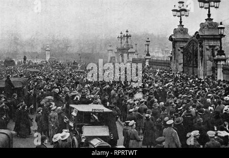 The crowed outside Buckingham Palace on Armistice Day, 11th November 1918. The first official Armistice Day events were held in the grounds of Buckingham Palace on the morning of 11th November 1919. - Stock Photo