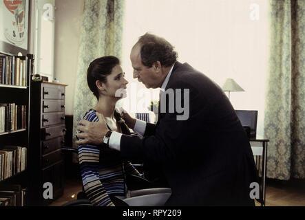 DERRICK / Der Mord, der ein Irrtum war Deutschland 1997 / Dietrich Haugk Als Anneliese Beck vom Einkauf nach Hause kommt, entdeckt sie ihren toten Mann. Mit einer Schußwunde in der Brust liegt er auf dem Boden. Ohne lange zu zögern, nennt Frau Beck eine Mordverdächtige - für sie kann es nur Mandy Waldhaus gewesen sein...Szene: Mandy Waldhaus (KATJA WOYWOOD) und Armin Waldhaus (FRIEDRICH VON THUN) 41473 / Überschrift: DERRICK / Deutschland 1997 - Stock Photo