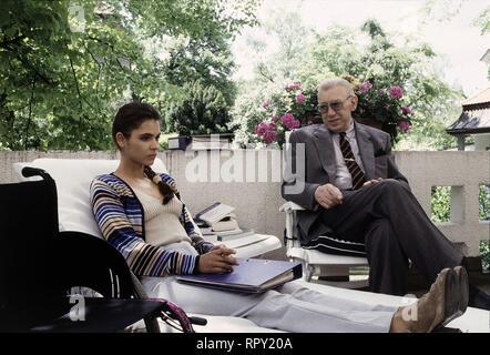 DERRICK / Der Mord, der ein Irrtum war Deutschland 1997 / Dietrich Haugk Als Anneliese Beck vom Einkauf nach Hause kommt, entdeckt sie ihren toten Mann. Mit einer Schußwunde in der Brust liegt er auf dem Boden. Ohne lange zu zögern, nennt Frau Beck eine Mordverdächtige - für sie kann es nur Mandy Waldhaus gewesen sein...Szene: Mandy Waldhaus (KATJA WOYWOOD) und Derrick (HORST TAPPERT) 41473 / Überschrift: DERRICK / Deutschland 1997 - Stock Photo