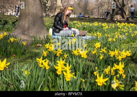 St James' Park, Central London, UK. 23rd February, 2019. Fenna Harm (19) from germany enjoys the warm temperatures as Spring arrives in St James park, London, England UK 23rd February, 2019 Credit: Jeff Gilbert/Alamy Live News - Stock Photo