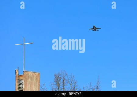 Salo, Finland – February 23, 2019: Finnish Air Force combat jet McDonnell Douglas F/A-18 Hornet flyby and Missing man manoeuvre over Helisnummi Cemetery Chapel in honor of Salo War Veteran, fighter pilot Martti Lehtovaara, deceased at 98. Image credit: Taina Sohlman/Alamy Live News - Stock Photo