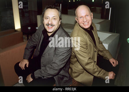 STUBBE - VON FALL ZU FALL / Unschuldsengel D 2001 / Thomas Jacob Stubbe (WOLFGANG STUMPH) und Zimmermann (LUTZ MACKENSY) / Überschrift: STUBBE - VON FALL ZU FALL / D 2001 - Stock Photo