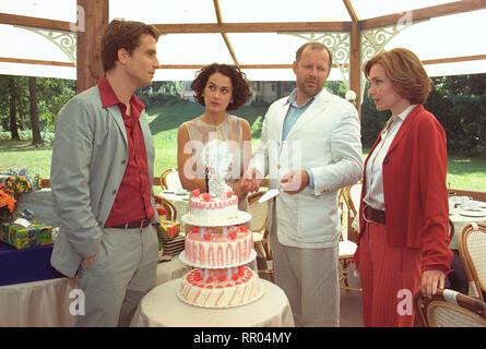 WENN ZWEI SICH TRAUEN / D 2001 / Matthias Steurer Die Geschichte von zwei Paaren auf einer Hochzeit in Potsdam: OLIVER MOMMSEN (als Max Springer), MARIE-LOU SELLEM (als Melanie Springer), AXEL MILBERG (als Tom Friedmann), AGLAIA SZYSZKOWITZ (als Jenny Weiss). # / Überschrift: WENN ZWEI SICH TRAUEN / D 2001 - Stock Photo