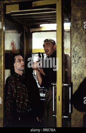 TÖDLICHES NETZ / D 1993 / Vivian Naefe Beckmann (GOTTFRIED JOHN, re.) hat den Mann (ANSGAR MICHALLIK) überwältigt. Doch plötzlich wird er erschossen. 38249 / Überschrift: TÖDLICHES NETZ / D 1993 - Stock Photo