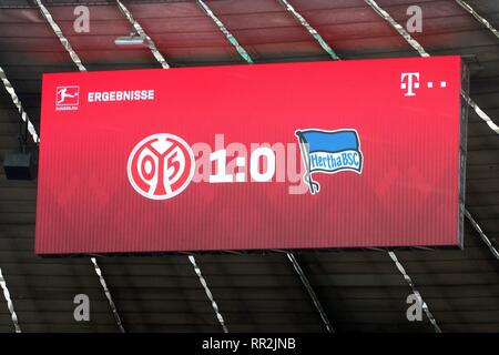 Munich, Deutschland. 23rd Feb, 2019. firo: 23.02.2019, football, 1.Bundesliga, season 2018/2019, FC Bayern Munich - Hertha BSC Berlin, halftime result, mistakes, Mainz - Schalke, joke, humor, | usage worldwide Credit: dpa/Alamy Live News - Stock Photo