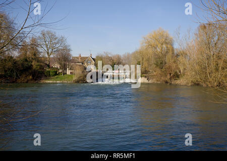 Buscot weir  and pool on the river Thames - Stock Photo