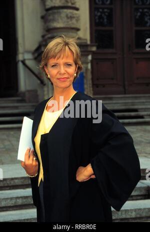 Lisa Falk (ULRIKE KRIENER) steht vor einem privaten wie beruflichen Neuanfang. Lisa geht stets ganz in ihrem Metier als Anwältin und alleinerziehende Mutter auf. / Überschrift: LISA FALK - EINE FRAU FÜR ALLE FÄLLE / D 1997 - Stock Photo