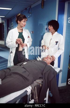 In der Notaufnahme kümmern sich AIP'ler Sybille (ALEXANDRA KAMP) und Ellen (LAURA SCHUHRK) um den am Herzen erkrankten Werner (WOLFGANG LIPPERT). Sie versuchen, seine Herztätigkeit zu stabilisieren und bewahren ihn so vor einem Herzinfakt... Regie: Utz Weber aka. Madonnas Mutter / Überschrift: FIEBER - HEISSE ZEIT FÜR JUNGE ÄRZTE / Deutschland 1998 Das Leben des - Stock Photo