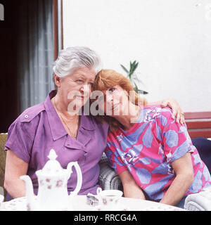 DIE SCHNELLE GERDI / TV-Serie - D 1989 - Michael Verhoeven / 2. Muttertag / Mutter (SUSI NICOLETTEI) und Tochter (SENTA BERGER) haben ein inniges Verhältnis zueinander... / 34750 / , 30DFABRSCH / Überschrift: DIE SCHNELLE GERDI / BRD 1989 - Stock Photo