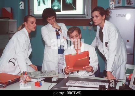 Fieber - Ärzte für das Leben - Die beliebte Krankenhaus-Serie 'Fieber' geht in die zweite Staffel Erzählt wer-den die spannenden, aber auch bewegenden Geschich-ten von fünf jungen Medizi-nern, die als AIPs an die Klinik kamen und sich nun als Assistenzärzte bewähren müssen, und ihren Chefs. Foto vlnr.: Katja (MARLENE MARLOW), Ellen (LAURA SCHUHRK), Mariella (CHRISTINE MAYN), Sybille (ALEXANDRA KAMP). Regie: Rolf Liccini aka. Der letzte Kampf / Überschrift: FIEBER - ÄRZTE FÜR DAS LEBEN / BRD 1999 - Stock Photo