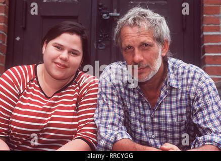 Anja & Anton - Anja (NADINE WRIETZ) und Anton (MICHAEL ALTMANN) leben in einem alten Wasserwerk am Rande Berlins. Eines Tages bringt Anton ein Huhn mit nach Hause. Anja freut sich, weil sie jeden Tag an ein frisches Ei denkt, aber Anton hat sich schon ein leckeres Rezept aus dem Kochbuch ausgesucht. Das sorgt natürlich für Krach. Regie: Karl-Heinz Käfer aka. Ein Huhn im Wasserwerk / Überschrift: ANJA & ANTON / BRD 1999 - Stock Photo