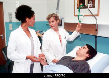 FIEBER - ÄRZTE FÜR DAS LEBEN - Nach einem Fall von Wundin- fektion und einem Todesfall im Krankenhaus schaltet Dr. Mariella Winkler (CHRISTINE MAYN,mi) das Gesundheitsamt ein. Die stellen schließlich den Auslöser fest: Pseudomonas-Bakterien. Regie: Rolf Liccini aka. Wettlauf mit dem Tod / Überschrift: FIEBER - ÄRZTE FÜR DAS LEBEN / BRD 1999 - Stock Photo