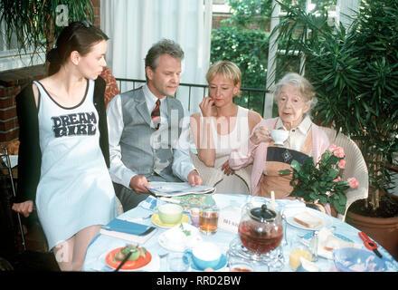 DIE BLAUEN UND DIE GRAUEN TAGE- Neuer Fernsehfilm: Oma Hansen wird durch ihre Krankheit zu einer Belastung für die Familie. An 'grauen Tagen' verliert sie den Bezug zur Realität und irrt umher. Foto vlnr.: Familie Hansen - Vera (EMILY BEHR), Olaf (PETER SATTMANN), Britta (SUSANNE LOTHAR) und Oma (INGE MEYSEL) - frühstückt auf der Terrasse. Regie: Dagmar Damek  / Überschrift: DIE BLAUEN UND DIE GRAUEN TAGE / BRD 2000