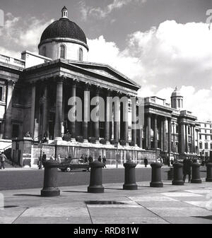 1960s, historical, front view of the columned entrance to the National Gallery, at Trafalgar Square, London, England, UK. Founded in 1824, the art museum contains one of the greatest collections of paintings in the world. - Stock Photo