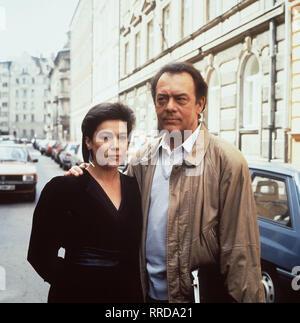 BITTE LASST DIE BLUMEN LEBEN / D 1986 - Duccio Tessari / Nach einem Flugzeugunglück baut sich ein Pariser Rechtsanwalt mit gefälschten Papieren eine neue Existenz auf, um seiner Lebenskrise zu entkommen. Doch sein neues Glück ist nur von kurzer Dauer, am Ende steht er vor den Trümmern der neuen Identität... / Bild: Charles Duhamel (KLAUSJÜRGEN WUSSOW) will sich von seiner Frau Yvonne (HANNELORE ELSNER) trennen. / 34435 / , 17DFA3SABIT2 / Überschrift: BITTE LASST DIE BLUMEN LEBEN / BRD 1986 - Stock Photo