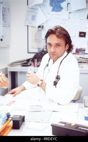 OP RUFT DR. BRUCKNER- Ein Patient steht unter Verdacht, Kinder zu missbrauchen. Eine betroffene Mutter übt auf drastische Weise Selbstjustiz und schneidet dem Mann dessen wertvollstes Stück ab. Bild: Dr. Thomas Bruckner (BERNHARD SCHIR) aka. Selbstjustiz Die besten Ärzte Deutschlands / Überschrift: OP RUFT DR. BRUCKNER / BRD 1999