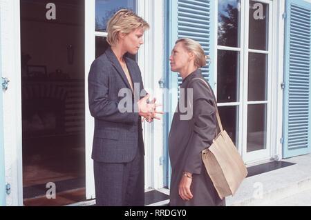 DIE BEISCHLAFDIEBIN- Petra (CONSTANZE ENGELBRECHT) hat ihre Koffer gepackt und ist dabei, Fransziska (NELE MUELLER-STÖFEN) wieder zu verlassen, doch ihre Schwester möchte sie zurückhalten ... Regie: Christian Petzold / Überschrift: DIE BEISCHLAFDIEBIN / BRD 1997