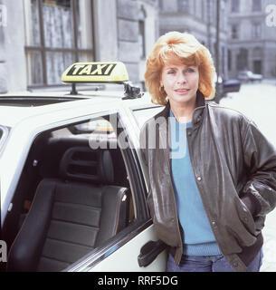 DIE SCHNELLE GERDI / TV-Serie - D 1989 - Michael Verhoeven / 1. Heldin des Tages / Die schnelle Gerdi (SENTA BERGER) ist eine couragierte Münchner Taxifahrerin. / 34750--1-52926 / , 06DFAGerdi1 / Überschrift: DIE SCHNELLE GERDI / BRD 1989 - Stock Photo