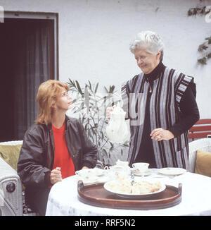 DIE SCHNELLE GERDI / TV-Serie - D 1989 - Michael Verhoeven / 2. Muttertag / Gerdi  feiert Muttertag. Szene mit SENTA BERGER und SUSI NICOLETTI / 34750-0-53188 / , 13DFAGerdi2 / Überschrift: DIE SCHNELLE GERDI / BRD 1989 - Stock Photo