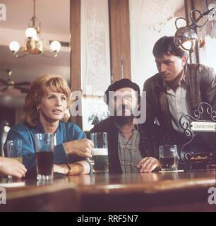 DIE SCHNELLE GERDI / TV-Serie - D 1989 - Michael Verhoeven / 2. Muttertag / Szene: Kneipengespräche unter Taxifahrern. Im Bild: SENTA BERGER, FRED STILLKRAUTH und HANS SCHULER / 34750-0-53189 / , 13DFAGerdi3 / Überschrift: DIE SCHNELLE GERDI / BRD 1989 - Stock Photo