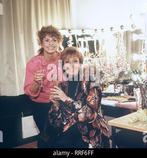 DIE SCHNELLE GERDI / TV-Serie - D 1989 - Michael Verhoeven / 5. Gutes Neues Jahr / Gerdi (SENTA BERGER) hat die Künstlerin CATERINA VALENTE kennengelernt. Gemeinsam feiern sie den Jahresausklang. / 34750-0-54126 / , 03DFAGerdi2 / Überschrift: DIE SCHNELLE GERDI / BRD 1989 - Stock Photo