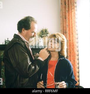 DIE SCHNELLE GERDI / TV-Serie von 1989 - Regie: Michael Verhoeven / 6. Miss Miramare / Rudi (FRIEDRICH VON THUN) buhlt wieder mal um die Gunst seiner Ex-Frau Gerdi (SENTA BERGER). / 34750-0-54449 / , 10DFAGerdi4 / Überschrift: DIE SCHNELLE GERDI / BRD 1989 - Stock Photo