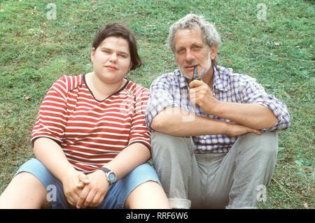 ANJA & ANTON- Anja (NADINE WRIETZ) und Anton (MICHAEL ALTMANN)sind ein besonderes Paar. Der kauzige Anton und seine mollige, temperamentvolle Untermieterin Anja erkunden die Natur rund um das stillgelegte Wasserwerk bei KÜpenick. Regie: Karl-Heinz Käfer aka. Ein Huhn im Wasserwerk / Überschrift: ANJA & ANTON / BRD 1999 - Stock Photo
