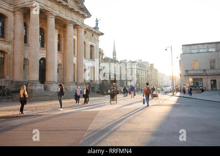 Oxford, UK. 25th February, 2019. Students and visitors enjoy the late afternoon sun on the streets of Oxford, UK, on this warm spring like winter day in February. Credit: Joe Kuis /Alamy Live News - Stock Photo